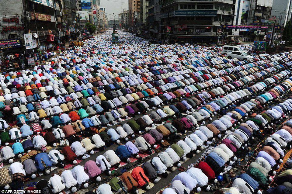"""আল মুহাজির শাইখ """"ইসলামী আন্দোলন বাংলাদেশ""""-এর মুজাহিদ ভাইদের নিকট অত্যন্ত বিনয়ের সহিত বলতে চাই, """"হেফাযতে ইসলাম""""-এর কোন বিষয় যদি আপনাদের নিকট অবোধগম্য http://sphotos-f.ak.fbcdn.net/hphotos-ak-prn1/545969_400993560008614_1797467106_n.jpg থেকে যায় তাহলে মেহেরবানী করে """"হেফাযতে ইসলাম""""এর মাশায়েখদের সাথে কথা বললে ভালো হয়। কেননা, আপনারা খুব ভালো করেই জানেন যে, আল্লামা শাহ আহমাদ শফী হাফিযাহুল্লাহ সহ """"হেফাযতে ইসলামী""""র কোন নেতা ফেসবুক চর্চা করেন না। ফলে ফেসবুকে আপনাদের হাঁসফাঁসগুলো কেবল গীবতেরই অন্তর্ভুক্ত এবং মুসলিম ঐক্যের চরম পরিপন্থী। সবচে' বড় বিপদ সংকেত হলো, আল্লাহ তা'আলার মেহেরবানীতে আজকের লংমার্চ পরিপূর্ণ সফল হয়েছে এবং এতে বাতিলের ভীতে কম্পন শুরু হয়ে গিয়েছে। আর এই বিজয় থেকে মুসলিমদেরকে আবারো বিচ্যুত করতে শয়তান মরণ-কামড় স্বরূপ কিছু একটা করতে চেষ্টা করছে। """"ইসলামী আন্দোলন বাংলাদেশ"""" এর মুজাহিদ ভাইসহ সকলকে অত্যন্ত সতর্ক থাকার জন্য অনুরোধ করছি। ( ইসলামের শ্ত্রুরা যেন কোন সুজোগ না নিতে পারে, অন্দোলন শুধু মাত্র আল্লাহর সন্তুষ্টির জন্য )"""